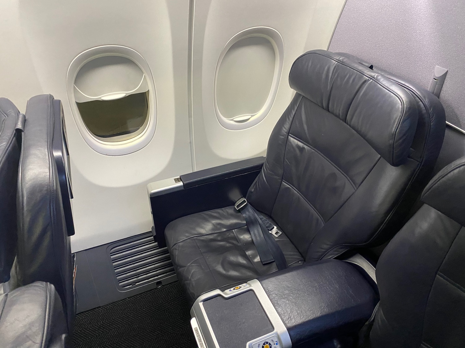 Review United Airlines 737 900 First Class Live And Let S Fly